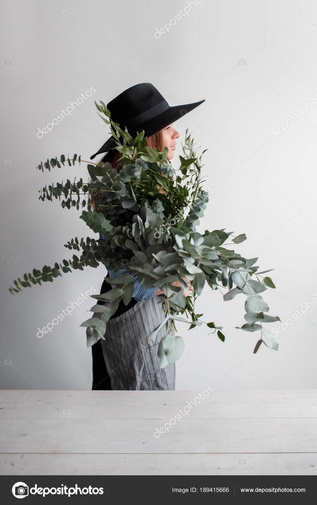 Feuille D Eucalyptus Bouquet fleuriste en fait un bouquet. processus de travail. femme