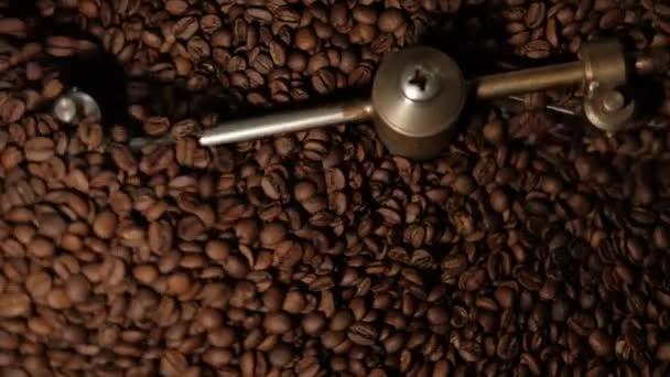 Chlazení kávových zrn po pražení. Pečicí stroj, detailní záběr