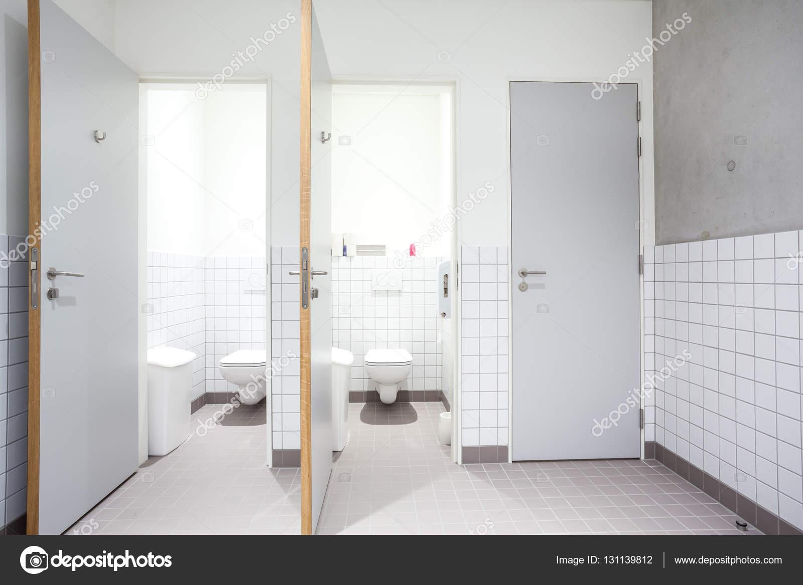 bagno pubblico per uomini e doccia — Foto Stock © DenBoma #131139812