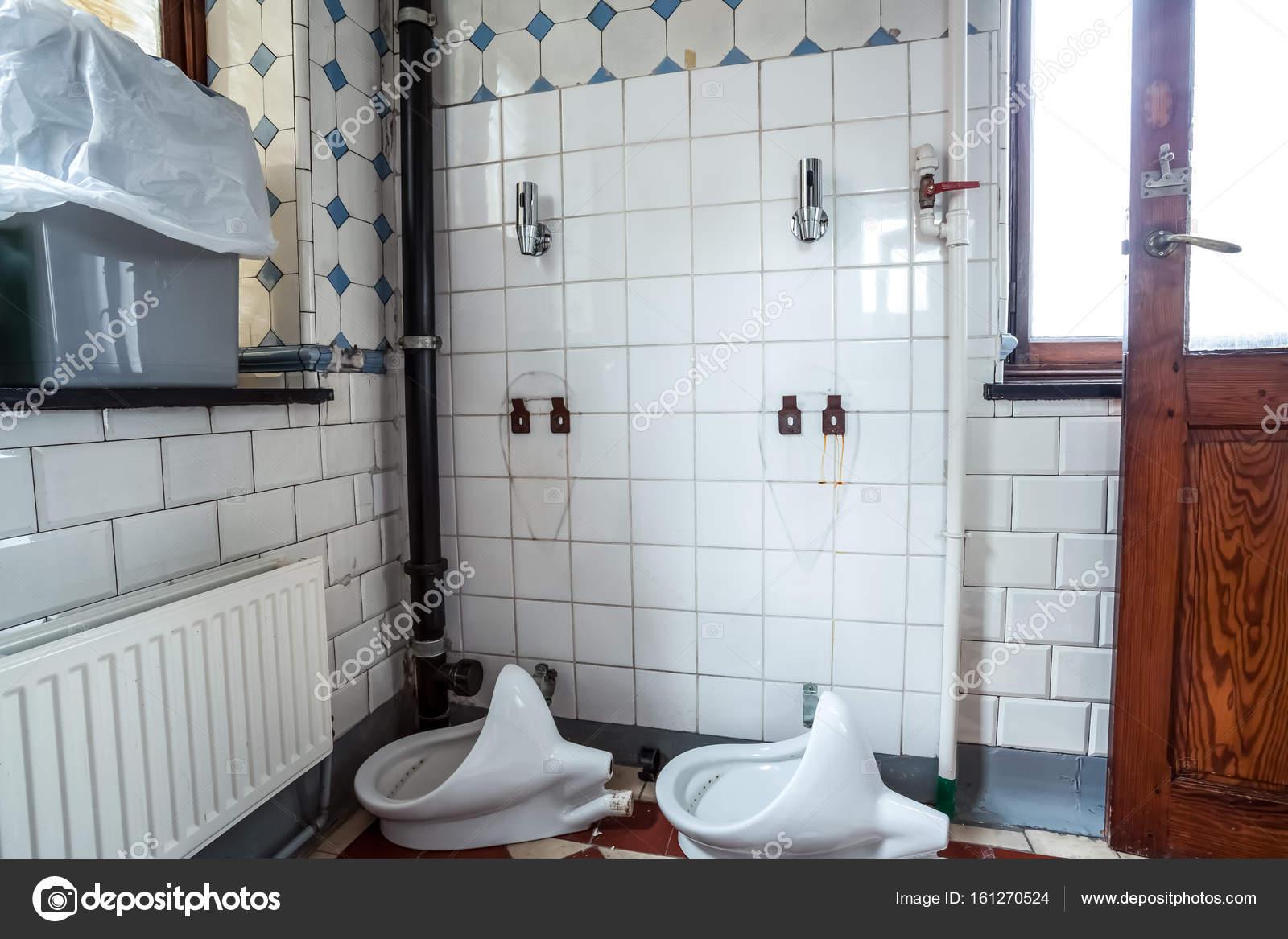 Urinoir op de muur u stockfoto denboma