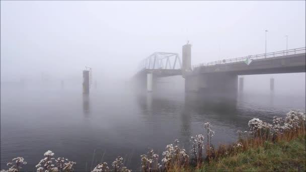 Tento most je pod hustá mlha ráno