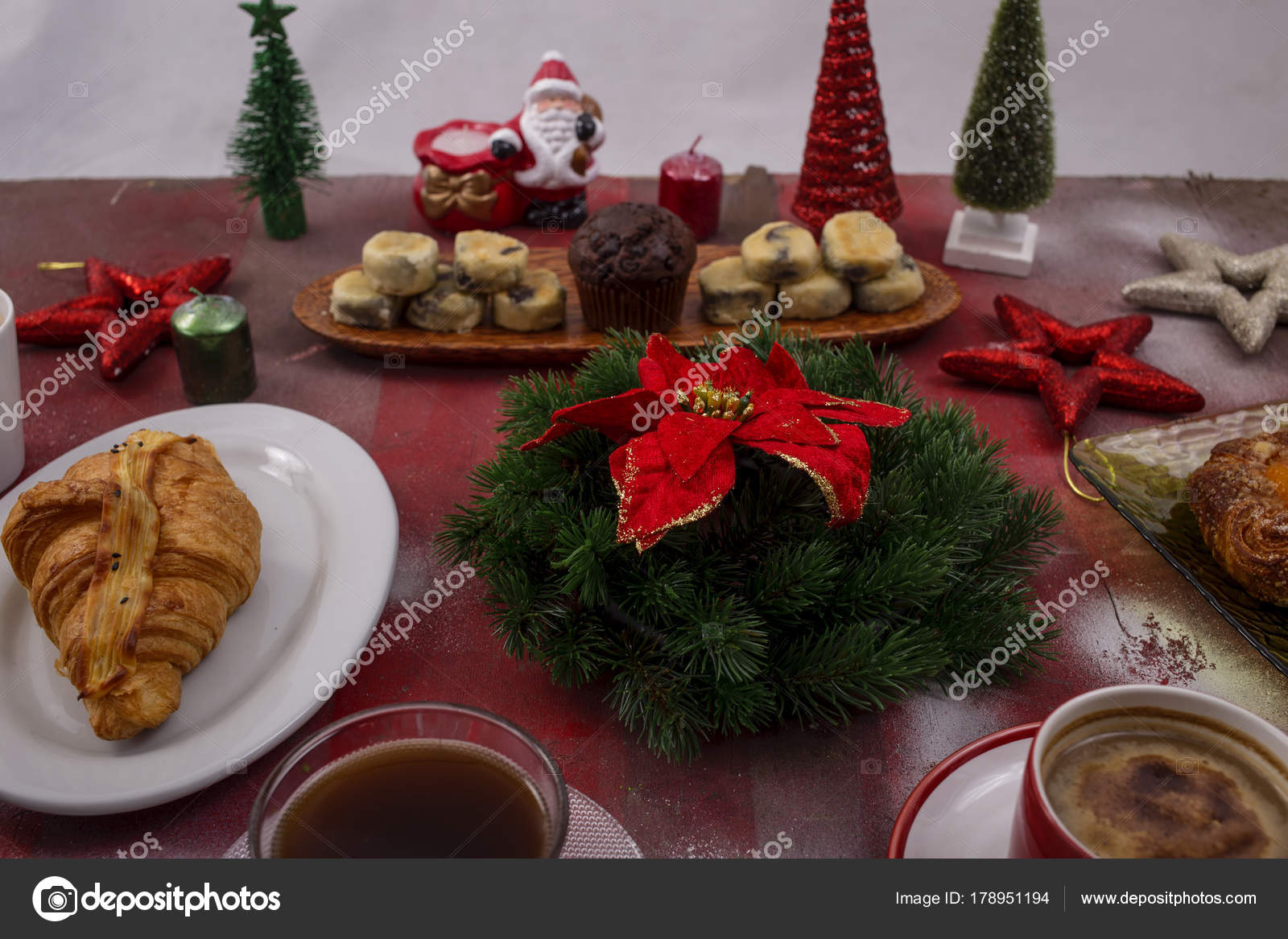 Jeudi  19 décembre  Depositphotos_178951194-stock-photo-macaroons-coffee-christmas-breakfast