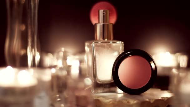 Vintage Make-up Kosmetik und Schmuck, luxuriöse Accessoires in der Nacht