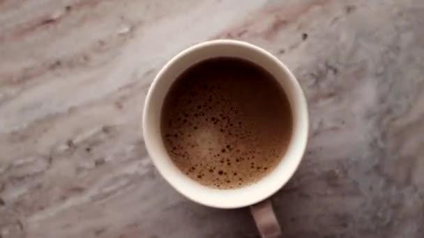 Reggeli kávé csésze tejjel márvány kő lapos fektetés, forró ital asztali lapos, felső nézet élelmiszer videográfia és recept inspiráció főzés vlog