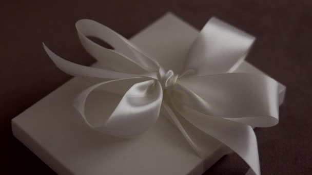 Luxus ünnep ajándék doboz fehér selyem szalag és íj, menyasszonyi meglepetés
