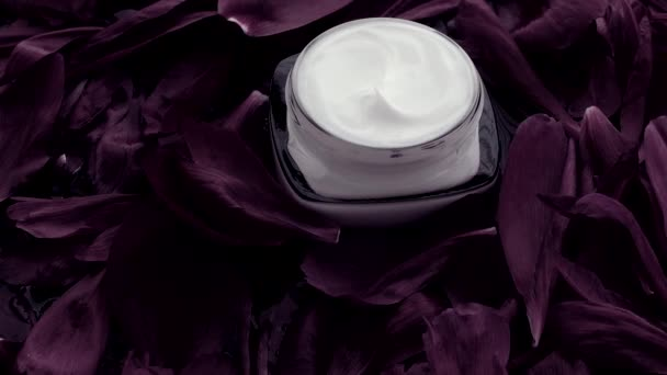 Érzékeny bőrápoló hidratáló arckrém virágszirmok és a víz háttér, természettudomány a bőr
