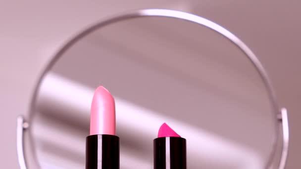 Kosmetika, líčidla na toaletním stolku, rtěnka, štětec, řasenka, lak na nehty a pudr pro luxusní design kosmetických a módních reklam