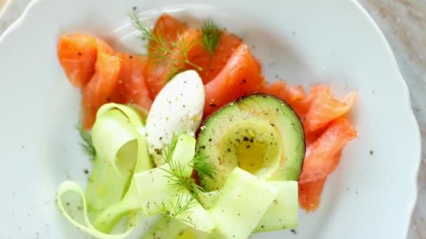 Čerstvý lososový salát s avokádem a krémovým mascarpone sýrem plochý, stůl flatlay, top view jídlo fotografie a recept inspirace pro vaření blog nebo kuchařka