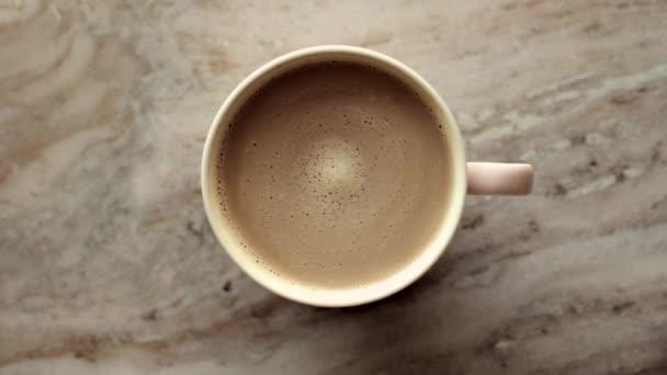 Ranní káva šálek s mlékem na mramoru kámen byt ležel, teplý nápoj na stole flatlay, top view jídlo videografie a recept inspirace pro vaření vlog