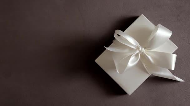 Luxus-Urlaubs-Geschenkbox mit weißem Seidenband und Schleife, Brautüberraschung