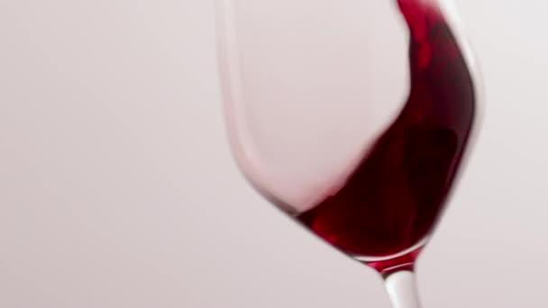 Sklenice červeného vína, nalévání nápojů na luxusní akci k ochutnávce dovolených, kontrola kvality stříkající tekuté pozadí pro enologii nebo prémiovou značku vinařství