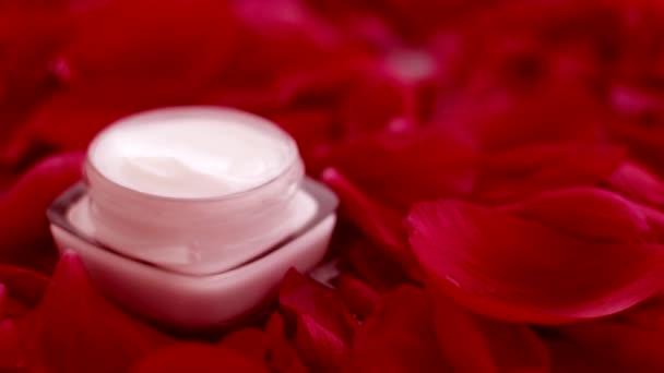 Sklenice krému na obličej hydratační a okvětní lístky, luxusní péče o pleť a kosmetika