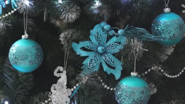 splendidamente decorato con decorazioni natalizie e ghirlande di albero di Natale