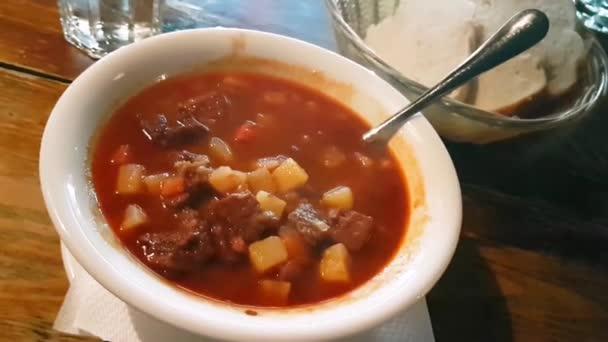 Kouřící miska polévky z maďarského guláše