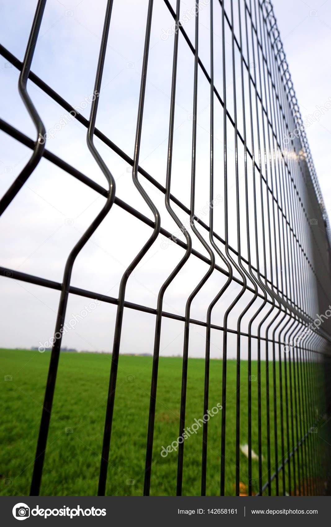 Metall Zaun Draht Stockfoto C Zvirni 142658161