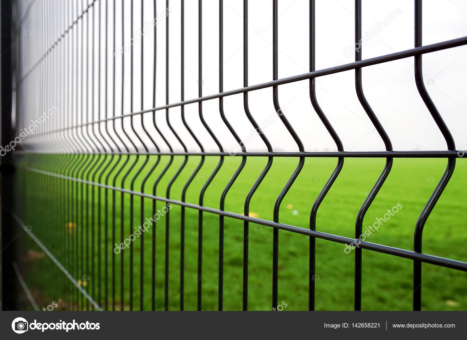 Metall Zaun Draht Stockfoto C Zvirni 142658221