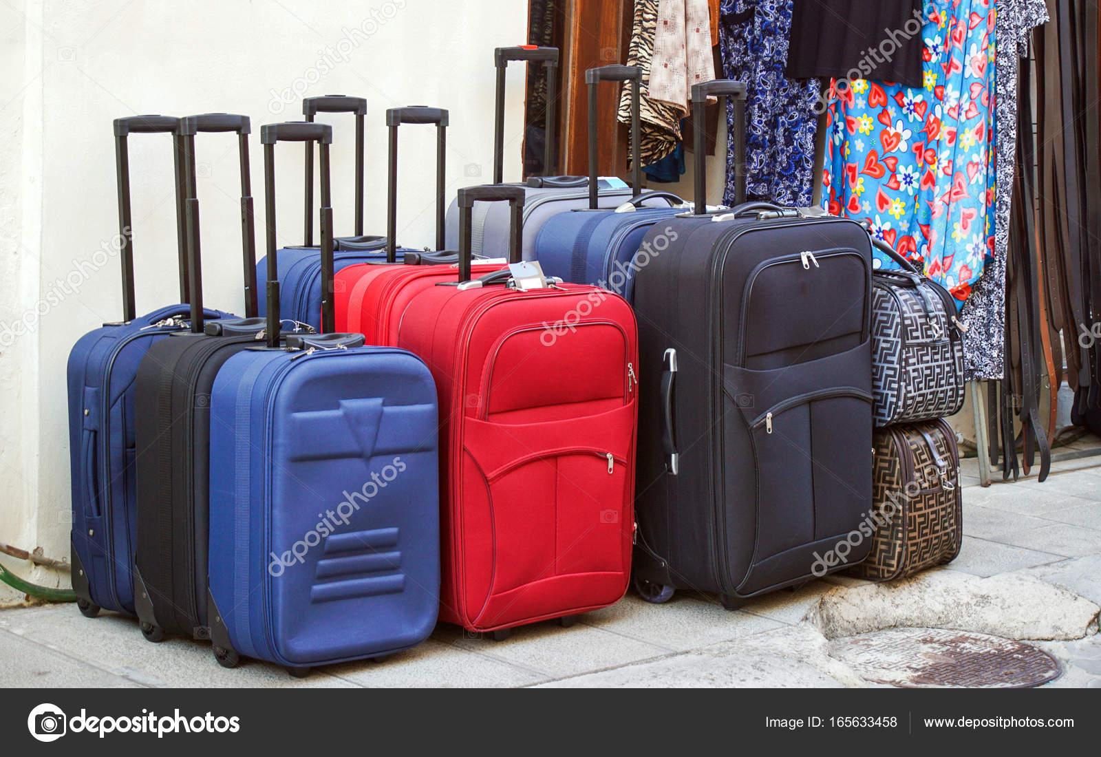 88985325c Varias maletas de rodillo — Foto de stock © zvirni #165633458