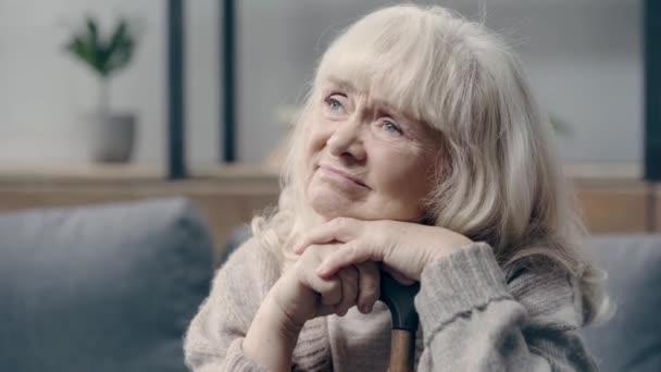 Ideges idős nő demenciával a kezében sétapálca