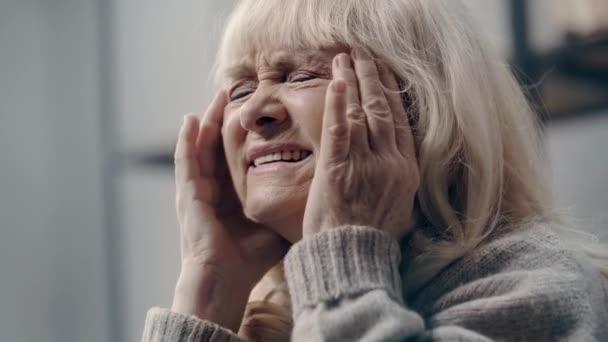 Idős nő demenciában, migrénnel