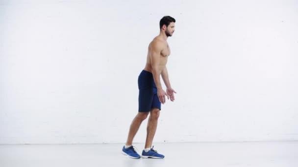 sportovec dělá dopředu se opírá o bílé pozadí