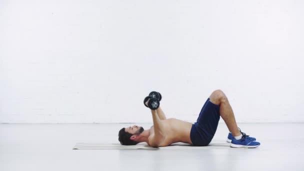 sportovec cvičení s činky na bílém pozadí