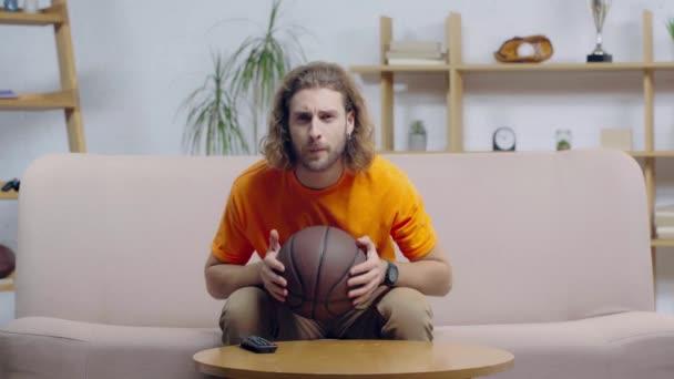 šťastný vousatý basketbalový fanoušek sledující mistrovství