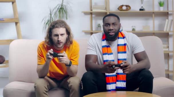 Kijev, Ukrajna - december 9, 2019: boldog afro-amerikai férfi videojáték barátaival