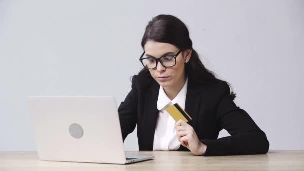 üzletasszony kezében hitelkártya közelében laptop