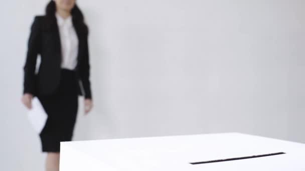szelektív fókusz az üzletasszony szavazólapot dobozban a fehér