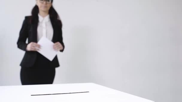 szelektív fókusz üzletasszony szavazás fehér
