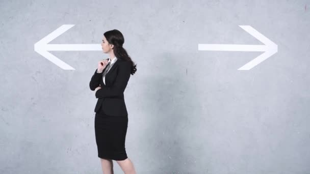 Verwirrte Geschäftsfrau blickt auf Richtungspfeile