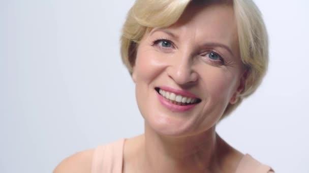 érett nő nevetés elszigetelt fehér