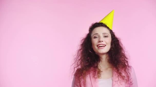 mosolygó nő fújja party kürt elszigetelt rózsaszín