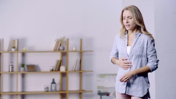 atraktivní žena trpící bolestí břicha