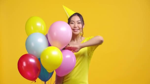 kazachstán dívka gratulace s Happy birthday izolované na žluté