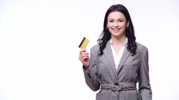 Podnikatelka se usmívá, ukazuje kreditní kartu a podobné znamení izolované na bílém