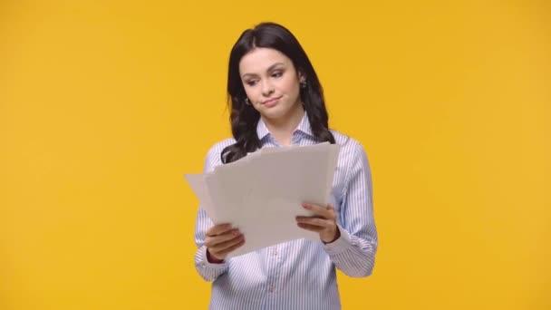 Unavená podnikatelka s papíry izolované na žluté