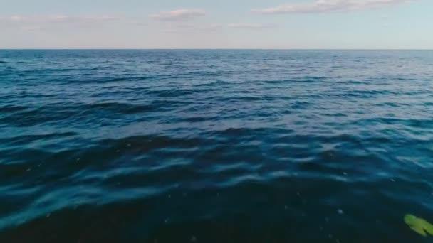 Modré moře s vlnami a obrysy