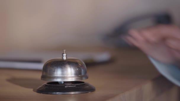 oříznutý pohled na ženu stlačující služební zvonek na recepci hotelu