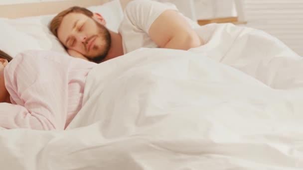Szelektív fókusz a nő alszik az ágyban közel barátja