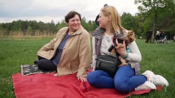 Šťastná rodina s babičkou a dítětem, venkovní v letním parku.