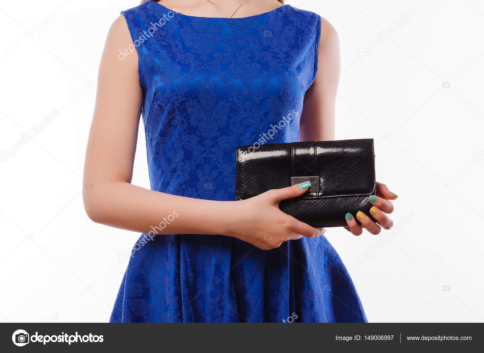 Atractiva Dama De Vestido Azul Con Negro Bolsa De Embrague