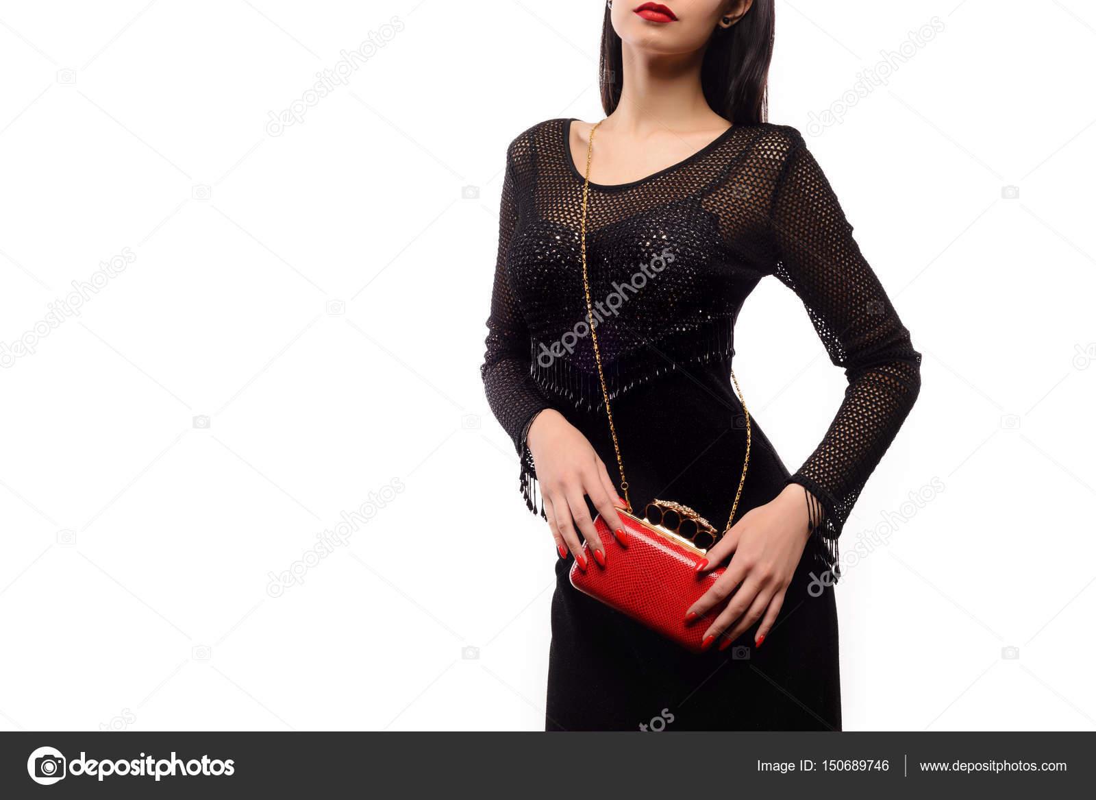 28d7edbfb09d Μοντέρνα ομορφιάς γυναίκα με μια κόκκινη τσάντα και μαύρο βραδινό φόρεμα — Φωτογραφία  Αρχείου