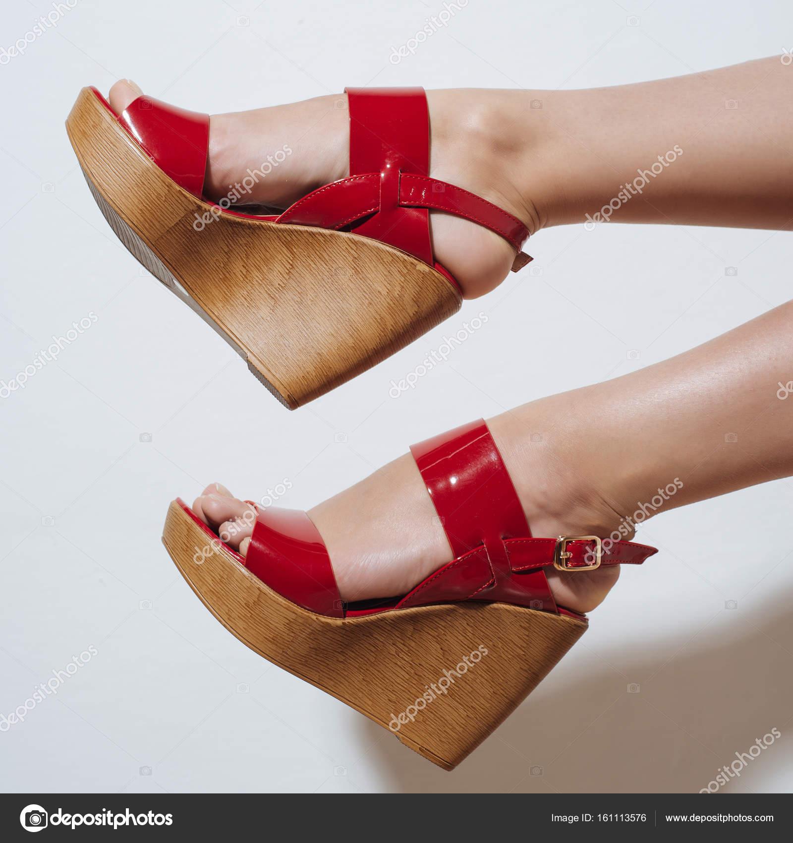 Сексуальные ножки в красных босоножках