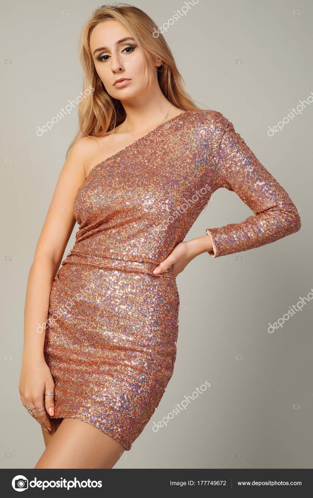 bf054b143c27 Όμορφη νεαρή γυναίκα που φοράει φόρεμα με παγιέτες — Φωτογραφία Αρχείου