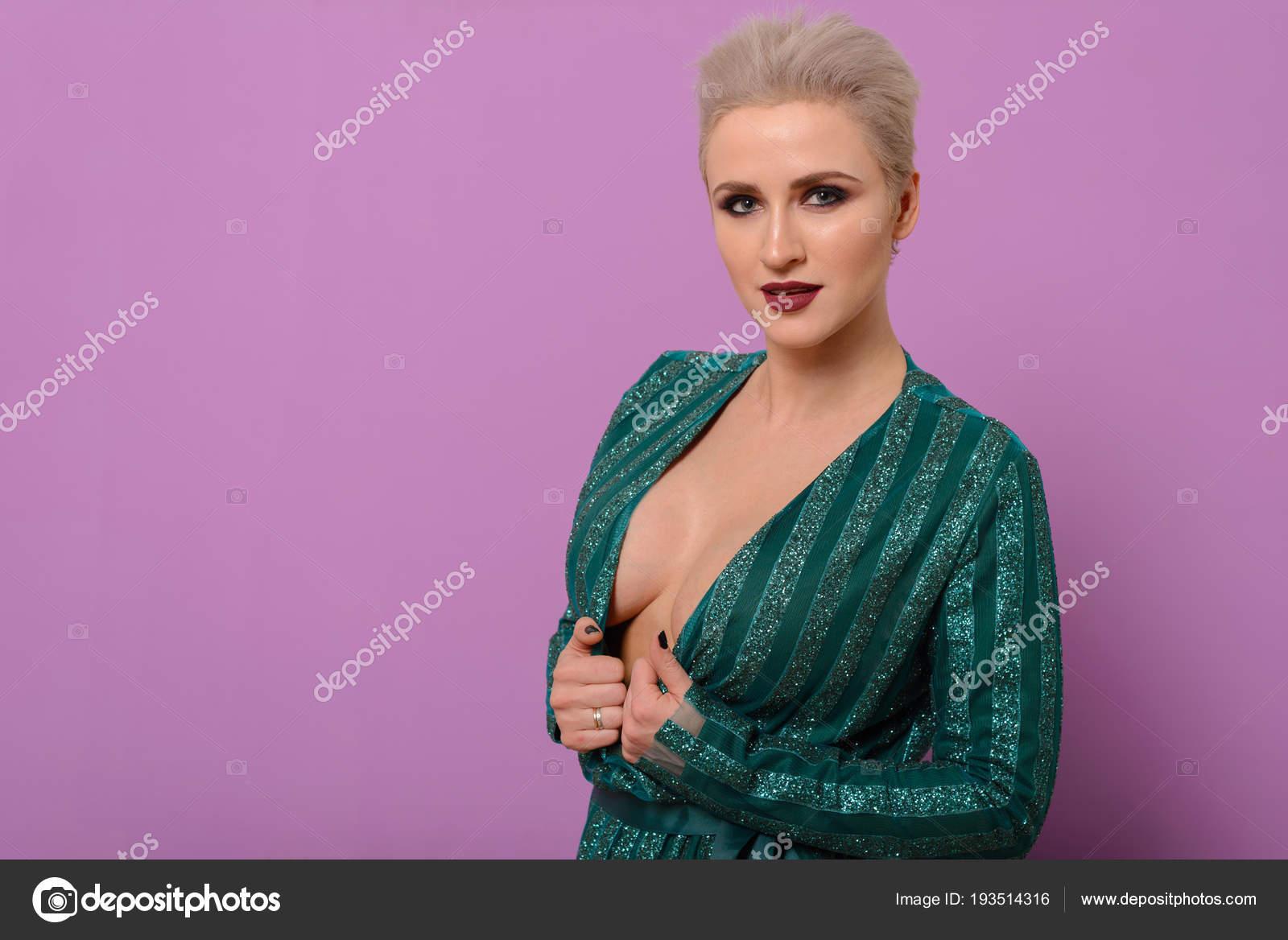 Una atractiva mujer de mediana edad con una hermosa mama tiene el ...