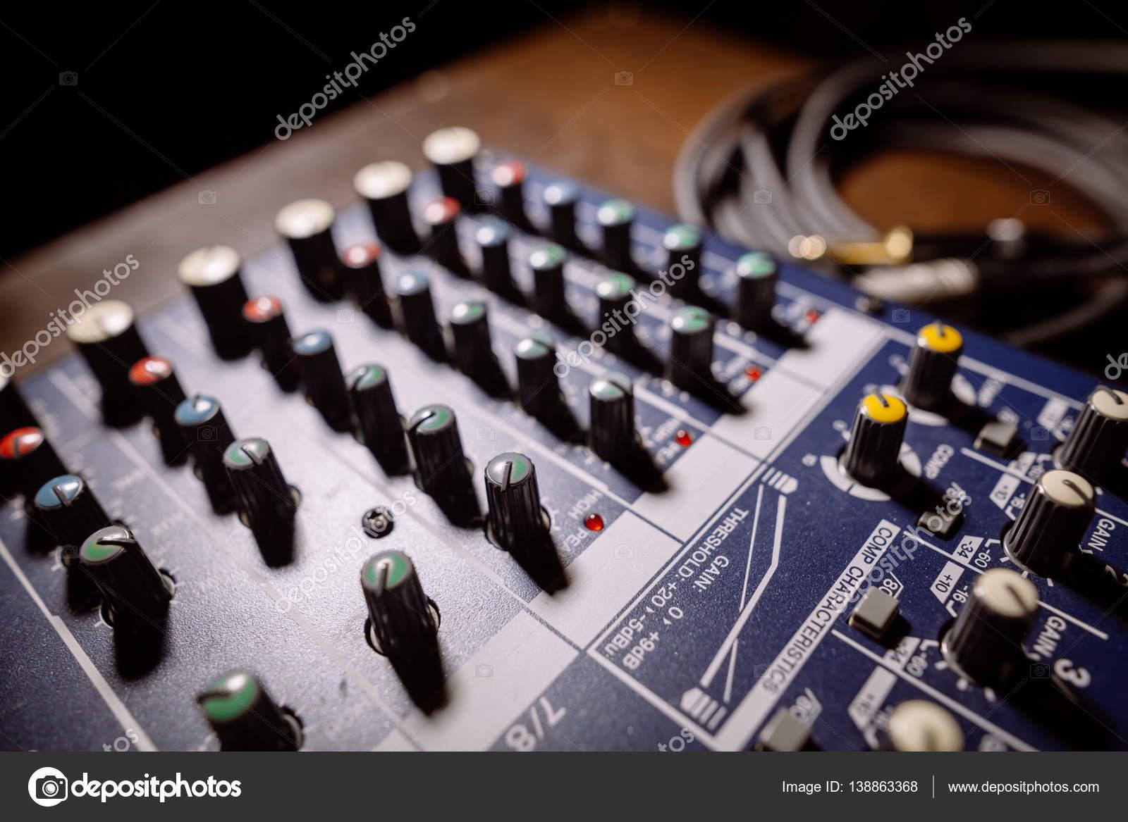 Détail de bureau table de mixage u2014 photographie bizoon © #138863368