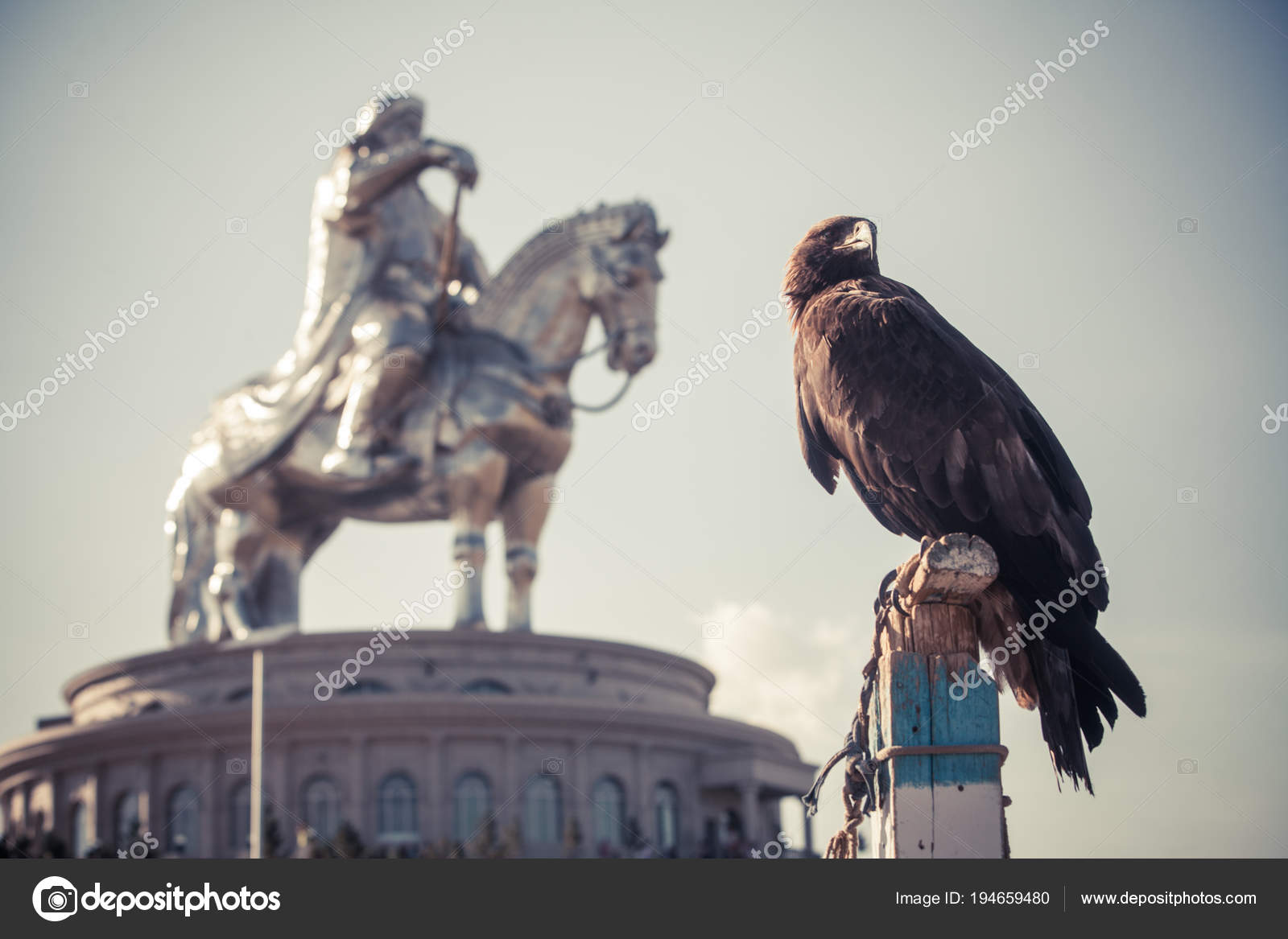 Vautour Et Monument De Gengis Khan Photographie Bizoon 194659480