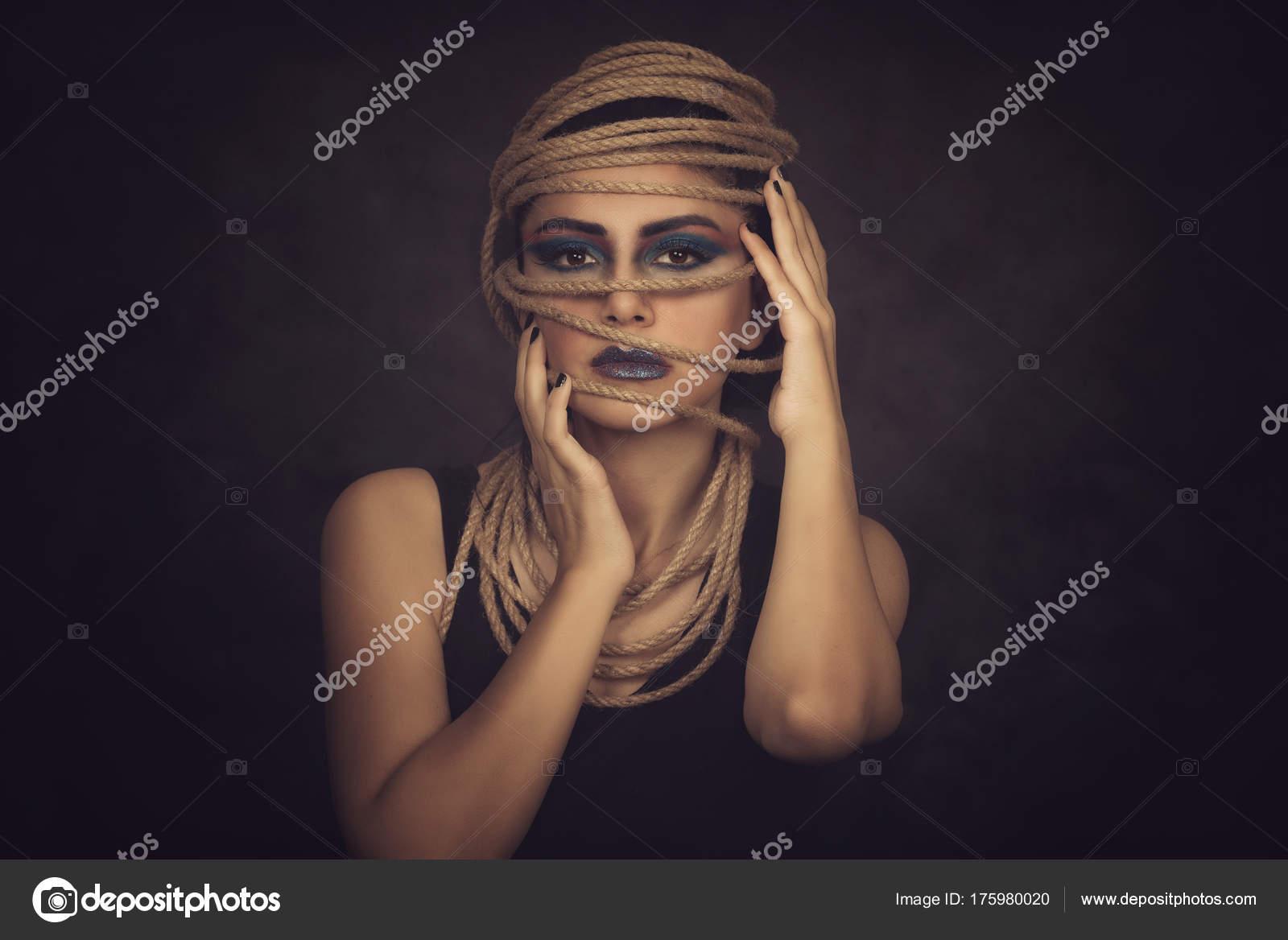 Retrato de mujer joven sobre cuerda con fondo negro. Moda ... 1593a465264