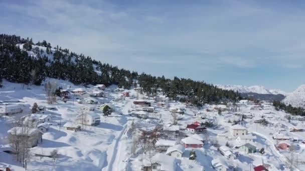 4k Luftbild eines Dorfes und Waldes in schneebedeckten Bergen. Taurusberge in der Türkei.